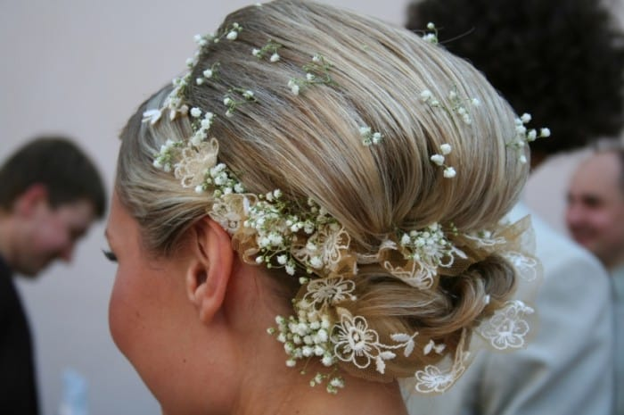 bridal-hairstyles-with-small-white-flowers